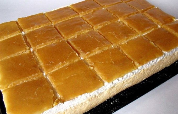 Těsto: 1 bal.listové těsto Vanilkový krém: 1 lmléko 8 ksvejce 300 gkr. cukr 100 ghladká mouka 1 luskvanilka 25 gželatina Šlehačkové vrstva: 400 mlsmetana ke šlehání 2 lžícemoučkový cukr 2 bal.Smetafix Vrch: 1/2 lžičkyinstantní káva 5 lžicmléko 200 gkr. cukr 70 gmáslo