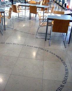 In het archiefcafé zijn teksten uit logboeken op de tegels aangebracht. De teksten maken onderdeel uit van het kunstwerk 'Archiefonderzoek is een ontdekkingsreis' van Lydia Schouten. Het zijn citaten uit logboeken van de scheepskapiteins die onder bevel van de Middelburgse ontdekkingsreiziger Jacob Roggeveen in 1721 uitvoeren om het onbekende Zuidland te ontdekken. Dat vonden ze niet, maar ze ontdekten wel Paaseiland: http://www.zeeuwsarchief.nl/zeeuwse-verhalen/naar-de-navel-van-de-wereld/