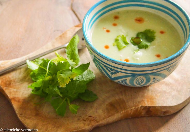 Soep van Courgette en Groene Currypasta, met kokosmelk en koriander