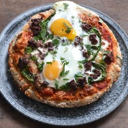 Deep pan pizza with meat and eggs, yum! (in Danish) | oink. oink ...
