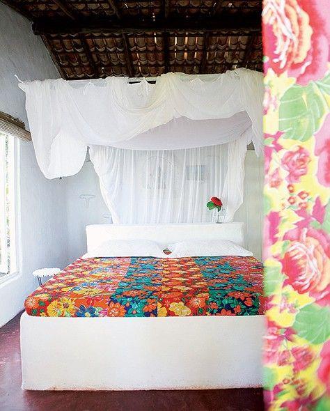 """O maior charme deste quarto é o mosquiteiro de tule. """"Fica em um quadrado de madeira suspenso no teto"""", diz a decoradora paulistana Joana Vieira, que escolheu viver na Praia do Espelho, no litoral baiano"""
