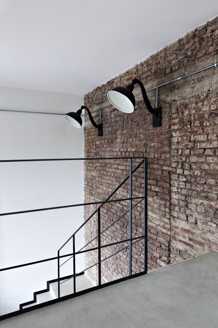 mur briques + appliques dans descente d'escaliers