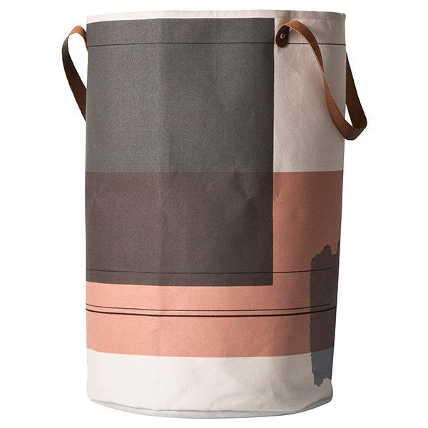 Ferm Livingin Colour Block -pyykkikoria koristaa moderni kuosi, joka rakentuu kookkaista, läpikuultavista väripalkeista ja niiden päällä kulkevista ohuista vaakasuorista viivoista. Pyöreä kori on valmistettu sataprosenttisesta luomupuuvillasta, ja siihen mahtuu kerralla suurempikin määrä pyykkiä.