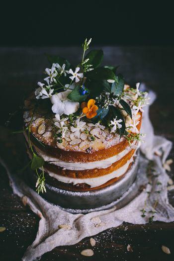 最近人気のNaked Cake(ネイキッドケーキ)スタイルで。サイドのスポンジをあえて見せることで気取らず、ラフでお洒落に。