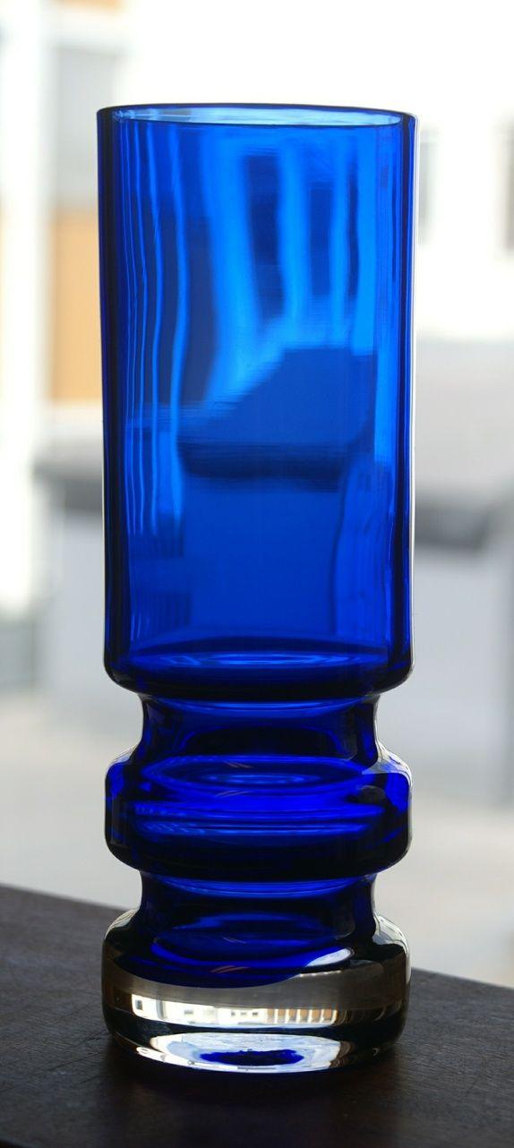 Vakker blå vase i kunstglass- vakker intens farge og 60-talls form på vasen. I meget bra stand - kanskje fra Hadeland. H= 21 cm. Dia= 7 cm.