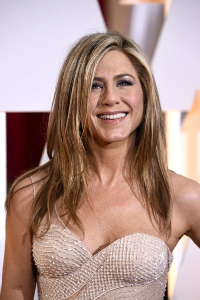Jennifer Aniston Layered Cut - Jennifer Aniston attended the premiere of 'Mother's Day' sporting her signature face-framing layered cut.