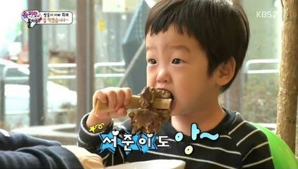 """Undeniably, the stars of """"Superman Returns"""" are all growing children, and this episode was bound to come sooner or later. The one where the kids eat everything. On the March 8 broadcast of """"Superman Returns,"""" Song Il Gook takes the triplets to a traditional market in Incheon, where there is food gal..."""