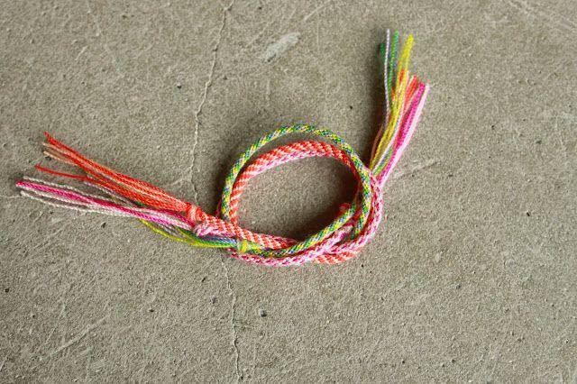 Kender du kumihimo? Det er en super nem metode til at lave fine knyttede armbånd. Armbåndene kan laves i det garn/snor du har ved hånden. Det kan eks. være merceriseret bomuld eller det helt tynde V