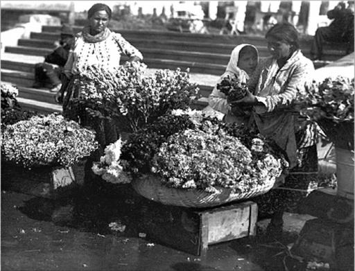 Poze vechi Bucuresti, florarese vind flori in centrul orasului