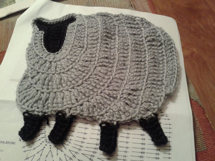 Mijn eerste schaap voor het speelkleed..nog 12 te gaan. First sheep finished, 12 to go.