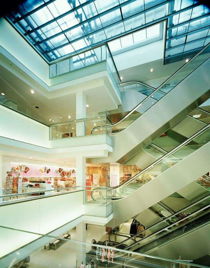 Daglicht, transparantie en openheid zijn de kernwoorden geweest bij de verbouwing van dit winkelpand. Zo heeft de volledig in zichzelf gekeerde winkelcocon uit de jaren '70 plaats gemaakt voor een nieuw licht interieur.