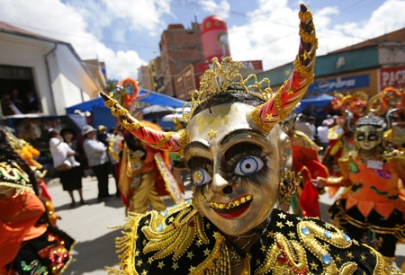 """Members of the """"Diablada Autentica"""" perform during the Carnival parade in Oruro, some 200 km (124 miles) south of La Paz, February 21, 2009. Boisterous partying and religious fervor mingle in Bolivia's biggest Carnival celebration in Oruro, a mining and commercial city of more than 200,000 people at the heart of South America's poorest country."""