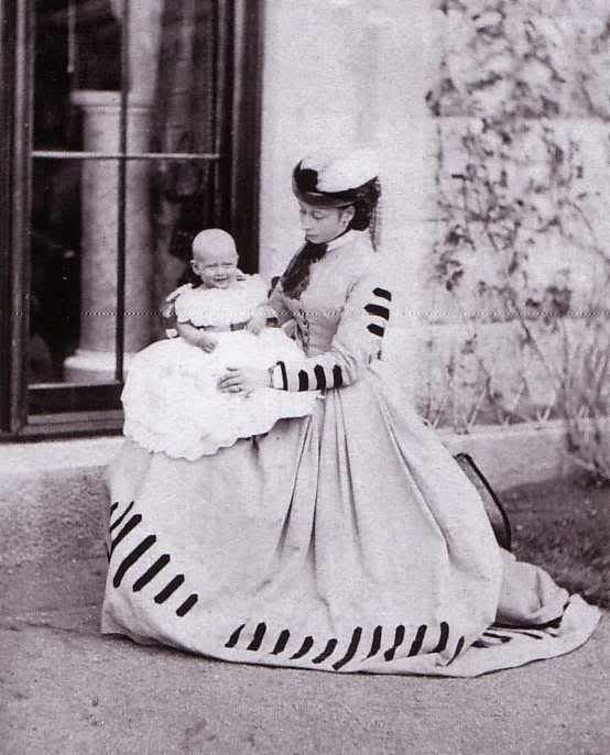 Princess Alice of the United Kingdom (future Grand Duchess of Hesse) with her first daughter, Princess Victoria of Hesse.