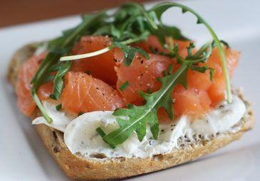 Recept: Broodje zalm met geitenkaas spread Recipe: Salmon sandwich with goat's cheese spread www.bettine.nl