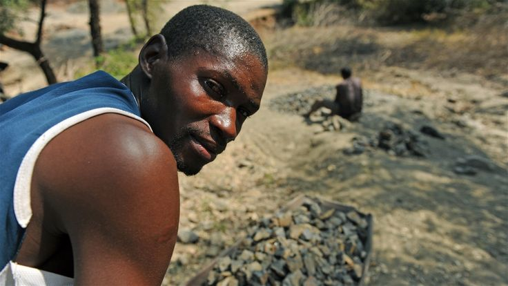 A wheelbarrow full of crushed rocks, mainly for industrial use, sells for about 150 kwacha (US$0.46). Guy Oliver/IRIN