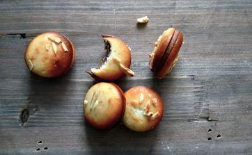 De små kransekage-macarons er perfekte, små hapsere til lækkersultne julegæster. Dessertkokken Nikolaos Strangas giver dig her opskriften på dem - men pas på! De er vanedannende...