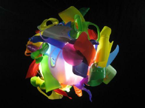 Me quito el sombrero, lámpara hecha con residuos de envases ligeros