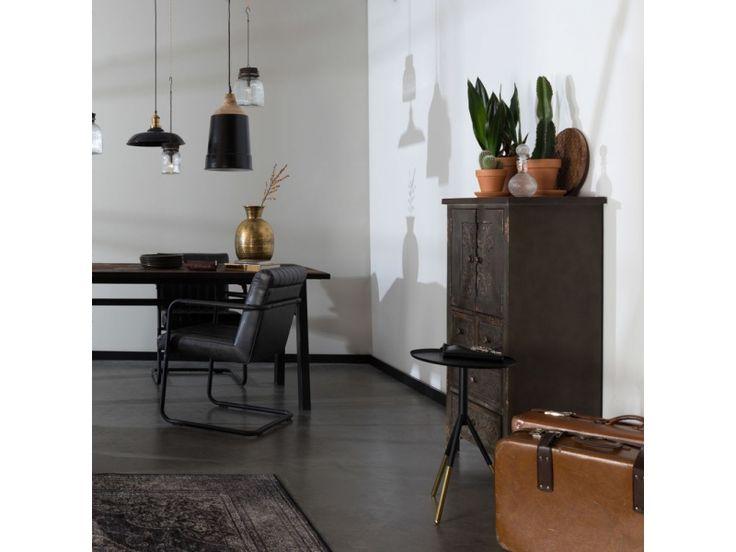 Eenvoud en elegantie zijn de kernwoorden voor deze tijdloze hanglamp. Dutchbone haalde zijn inspiratie voor deze verlichting uit de stijlvolle jaren 20. Beschikbaar in zwart, wit en grijs/blauwMax. wattage 40WGeschikt voor lampen met een E27 fitting