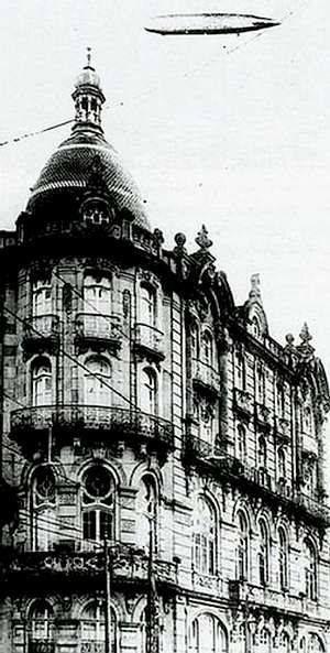 El «Graf Zeppelin» vuela sobre Vigo En una imagen del fotógrafo vigués Pacheco, se ve el dirigible volando sobre el hotel Moderno, en la Porta do Sol. El viernes, 9 de agosto de 1929, el aerostato sobrevoló Vigo a baja altura. Su ruta duró 21 días, durante los cuales recorrió 34.600 km. La ciudad se paralizó para ver al Graf Zeppelin en su vuelta al mundo, en la que batiría el récord de vuelo.