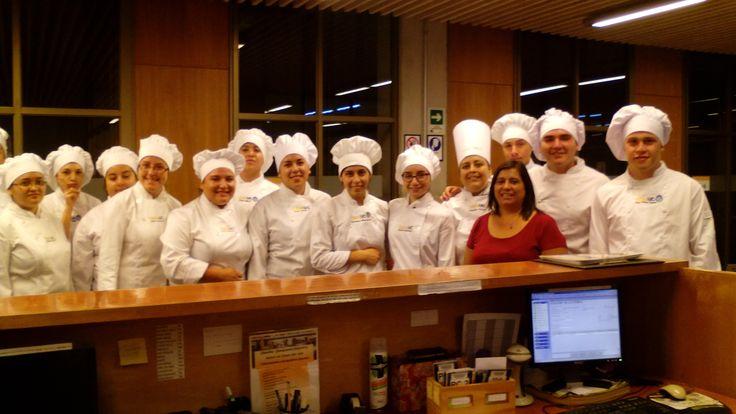 Alumnos de gastronomía de I semestre y Claudia Escobar.