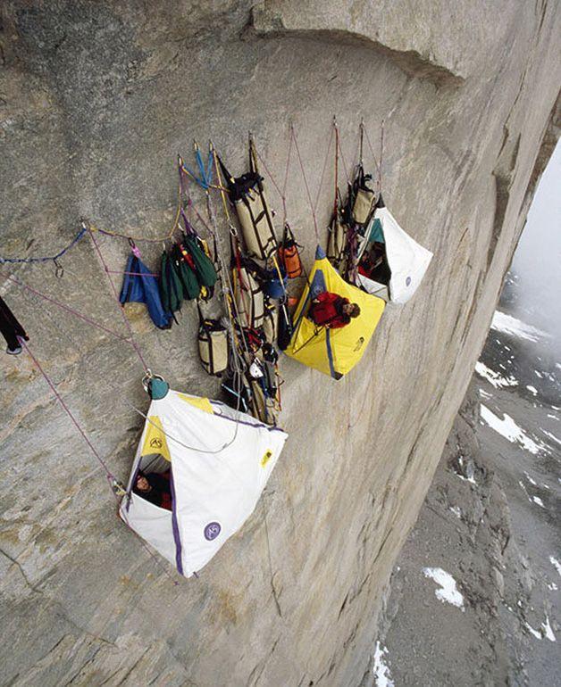 Climbers camped out at 4000 feet   /    Alpinistas acampando pendurados à 4 mil pés