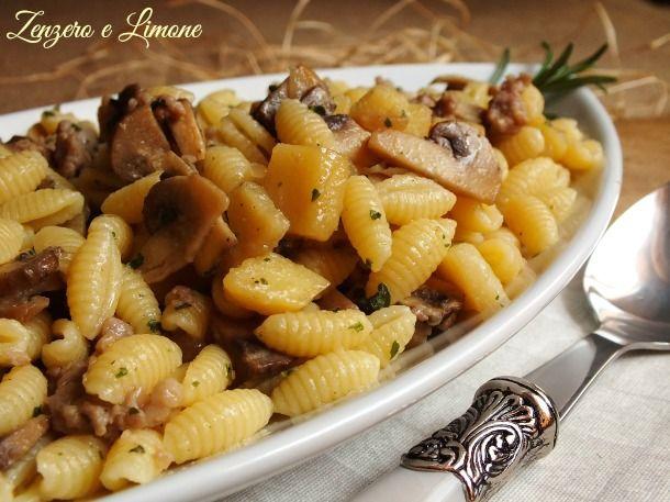 Questi gnocchetti sardi conditi con funghi, salsiccia e patate sono un primo piatto che merita il bis. Azzeccatissimo anche il formato di pasta.