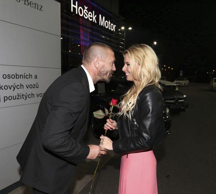 Tomáš Řepka se v salonu s luxusními vozy neodtrhl od Kateřiny Kristelové