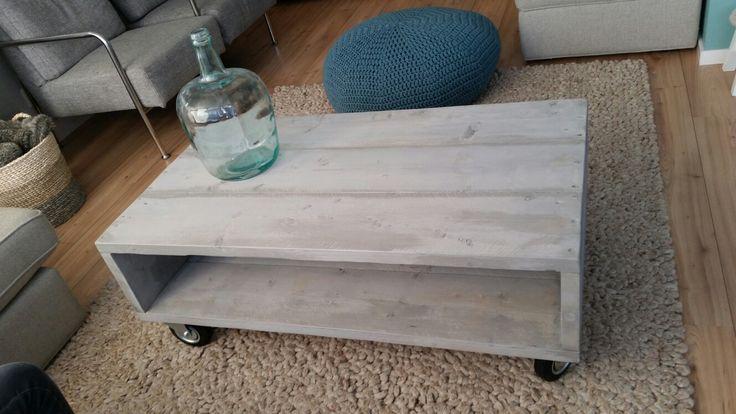 Zelfgemaakte steigerhouten salontafel op wielen