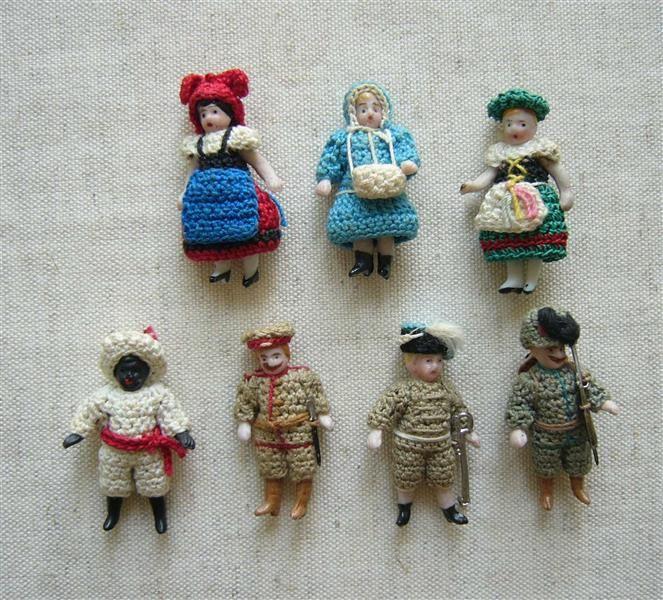 7 Miniaturpuppen (3 Frauen, 3 Soldaten, 1 Mohr)