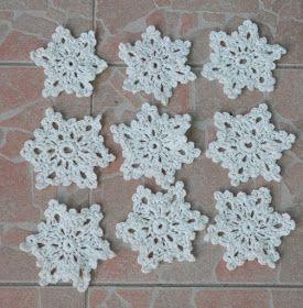 Horgolt hópehely, ami dekorációnk, más fonalból készítve karácsonyfadísznek, ajándékkísérőnek, de terítőnek vagy kendőnek is alkalmas.