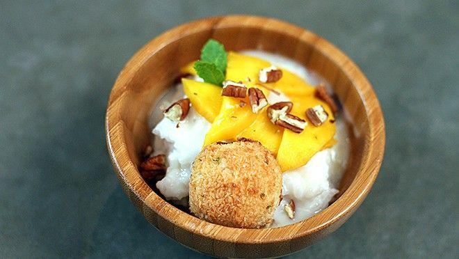 24Kitchen Food Truck Challenge | Kokosmakronen Verwarm de oven voor op 170 °C.  Meng de eiwitten, suiker, kokos en rasp van de limoen met elkaar. Vorm er koekjes van en leg ze op een met...