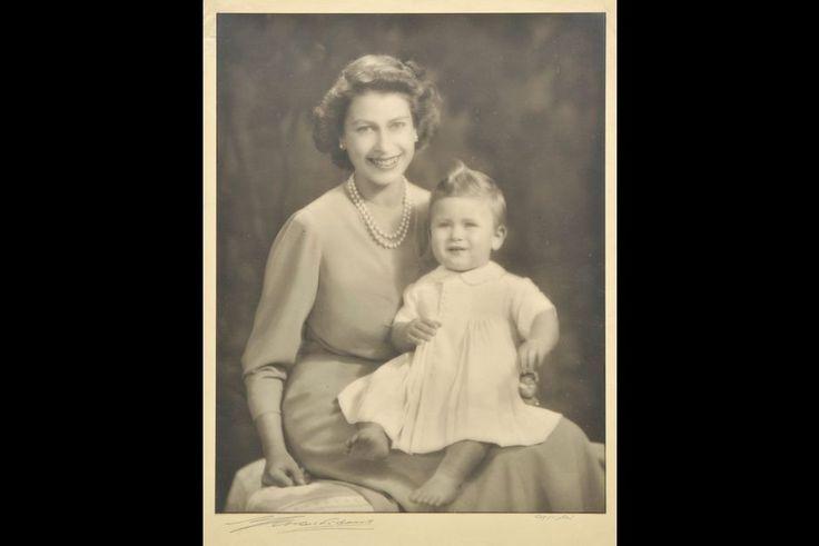 La reine Elizabeth II avec son fils le prince Charles, 26 octobre 1949