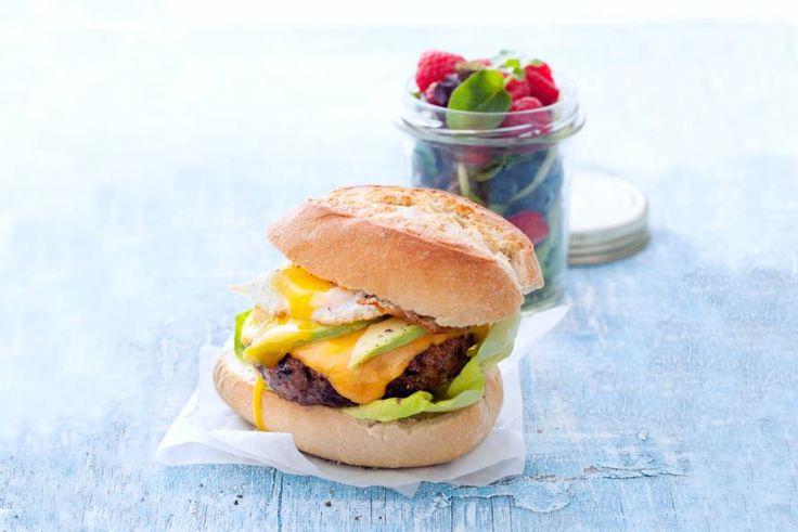 Hamburger, kaas, ei en rijpe avocado. Een stapel zachte, romige smaken, waarmee je kinderen zeker ook blij maakt - Recept - Allerhande