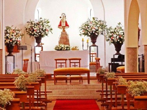 Escultórico, pocos pero grandes floreros altos. http://ramosdenovianaturales.com/consejos-para-las-flores-en-la-iglesia/