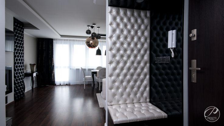 Apartament w Łomiankach  Hol. W strefie wejściowej, otwartej na salon, uwagę przyciągają tapicerowane ściany. Progetti Architektura