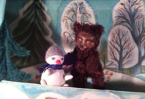 Актеры Московского театра кукол «Синяя птица» у нас в гостях уже были. И израильским маленьким зрителям полюбились их красивые куклы и веселые сказки. Этот спектакль тоже интерактивный. Обращен к детям 2-10 лет. И, конечно, ко всем пытливым и добрым людям. Все на сказку! Все в гости в волшебный лес!