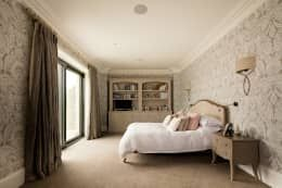 Classical elegant frontage with a more relaxed facade towards the sea: classic Bedroom by Des Ewing Residential Architects