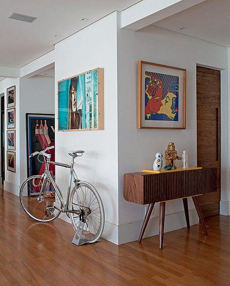 O apartamento do publicitário Rafael Carmineti tem uma batida bossa-nova, com mobiliário brasileiro da década de 1950 misturado a peças atuais e obras de arte. A bicicleta disposta no living revela o gosto pelo ciclismo
