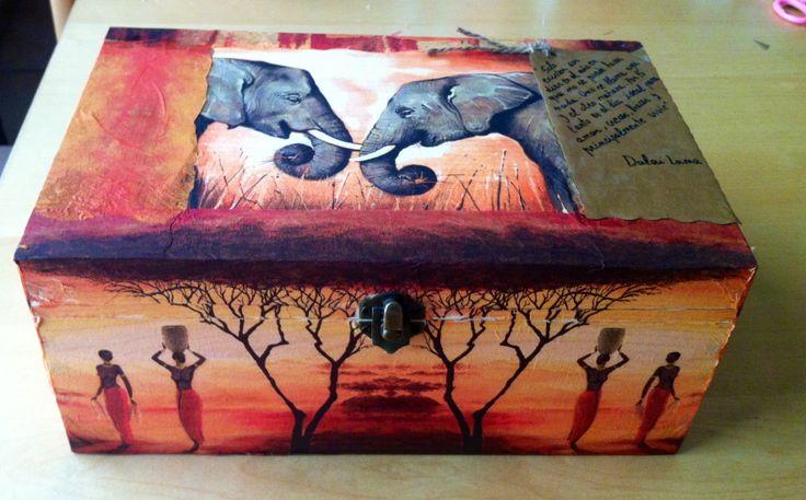Caja decorada con la técnica decapage.