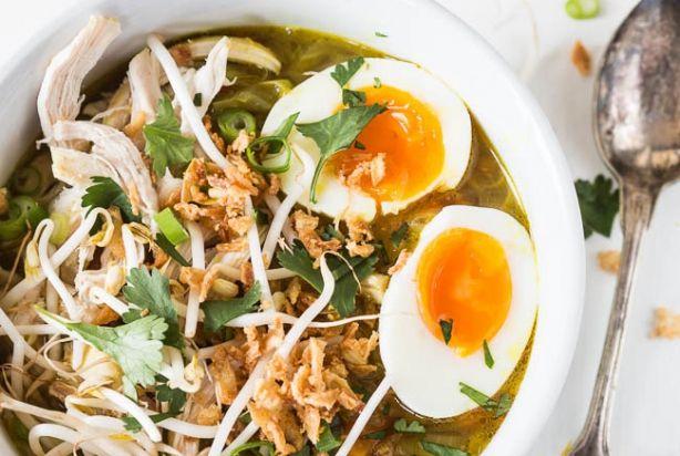 Zin in een lekker kom soep? Ga dan zeker voor deze soto ayam. Een heerlijke Indonesische maaltijdsoep op basis van zelfgemaakt kippenbouillon. Super lekker en ook niet eens zo moeilijk om te maken. Serveer deze soto ayam met verschillende garnituren als taugé, kip, rijst, gebakken uitjes en een gekookt eitje en smullen maar. Enjoy!