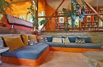 osezení v obývací části je na betonovém soklu s polštáři ušitými na zakázku.