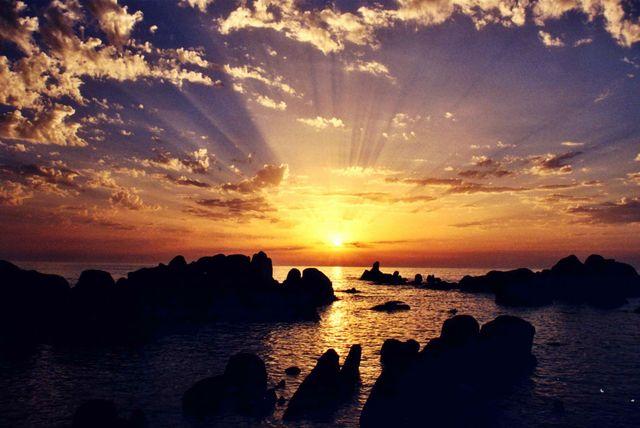 Photo : Ombre et lumière de Corse,  France, Paysages, Mers et plages, Ciel, Couchers de soleil, Ombre, Porto, Rais de lumière. Toutes les photos de Céline ARTICO sur L'Internaute