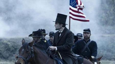 """Lincoln"" του Steven Spielberg    Οι τελευταίοι τέσσερις μήνες της ζωής του Αμερικανού Προέδρου και συγκεκριμένα ο αγώνας του να περάσει τη 13η τροπολογία του Συντάγματος, που αφορούσε τη μόνιμη κατάργηση της δουλείας, αποτελούν τον άξονα γύρω από τον οποίο περιστρέφεται η τελευταία ταινία του Steven Spielberg."