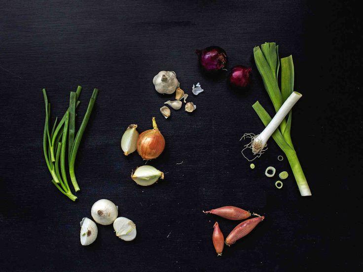Monipuolinen valkosipuli, raikas kevätsipuli ja aromikas salottisipuli. Eri sipulilajikkeet ovat parhaimmillaan tietynlaisissa ruoissa.