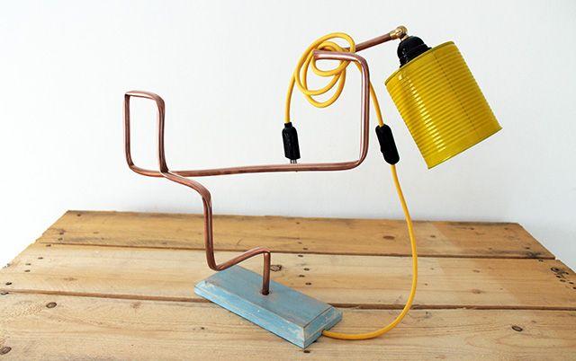 Un po' di legno, un tubo di rame recuperato da circuiti idraulici e un barattolo di latta: ecco come i materiali di scarto danno vita ad un oggetto completamente nuovo: una lampada! (da www.ideedesign.it)