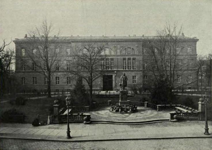 Stary budynek opolskiej rejencji, który znajdował się przy pl. Wolności. Dzisiaj po budynku został tylko mur oporowy z balustradą.