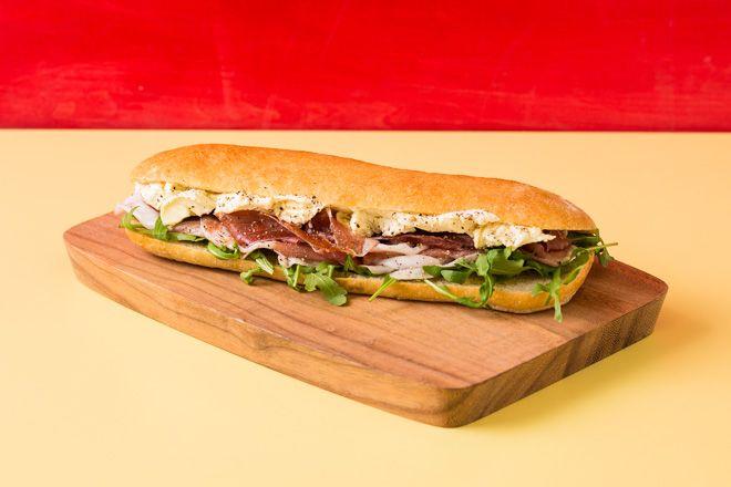 ゴルゴンゾーラチーズとルッコラを使用した新作のサンドイッチ「ゴルチェ(GORCE)」パリ発のモッツァレラサンドイッチショップ「ンーモッツァ(Mmmozza)」
