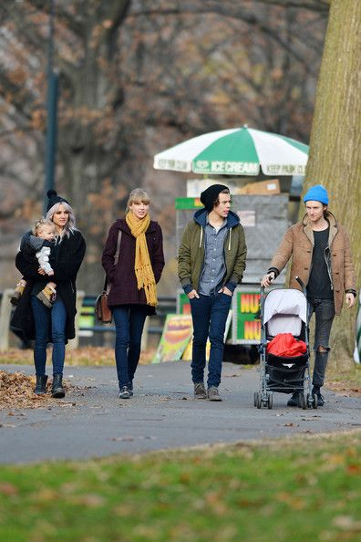 Taylor Swift Photos Photos - Pop singers Taylor Swift and Harry Styles show off their new relationship with a date to the Central Park Zoo in New York City where the bundled up couple stepped out with friends and their little daughter. Rumors of a relationship have been swirling since Swift's recent split with boyfriend Connor Kennedy. - Taylor Swift and Harry Styles at the Central Park Zoo 2