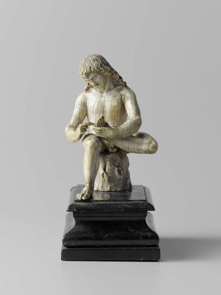 Anonymous | Lo Spinario, Anonymous, 1475 - 1500 | De doorntrekker, zittend op een boomstronk. Hij trekt met de rechterhand de doorn uit de linkervoetzool die op zijn rechterbovenbeen rust. De kop met het tot in de nek hangend haar is iets naar beneden en links gewend. Het geheel op een zwart gelakt notenhouten geprofileerd voetstuk.