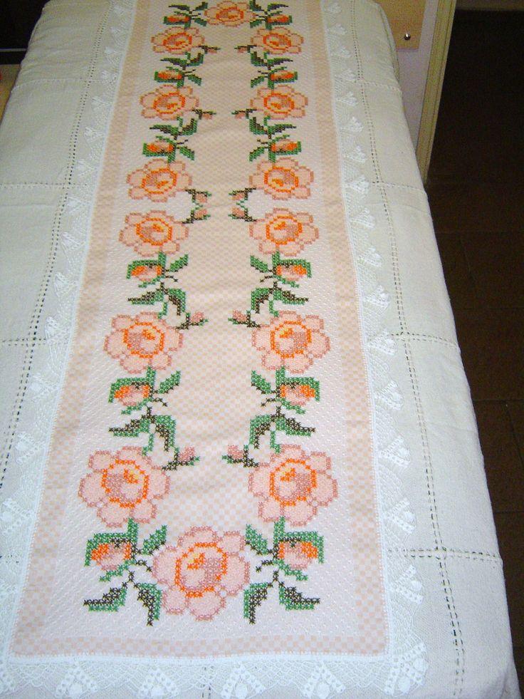 Caminho de Mesa bordado em tecido xadrez salmon e branco  180 x 50 cm  Para encomenda consulte as cores do tecido xadrez no album BORDADO EM TECIDO XADREZ